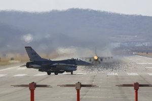 Stíhačka F-16 amerických vzdušných síl.