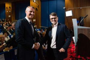 Kde jeden končí druhý začína. Richard Raši vynenil na poste podpredsedu Mareka Maďariča (vpravo).