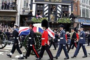 Príslušníci kráľovského delostrelectva sprevádzajú voz ťahaný koňmi, ktorý vezie truhlu s pozostatkami Margaret Thatcherovej počas smútočného sprievodu centrom Londýna. Autor: SITA/AP