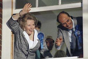 12. jún 1987 – Thatcherová máva v Londýne priaznivcom Konzervatívnej strany po ohlásení jej víťazstva. Foto: SITA/AP