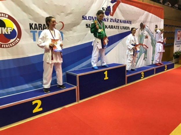 Na druhom stupienku prvá zľava Laura Pálinkášová