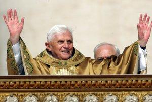 Benedikt XVI. pozdravuje ľudí z balkóna na Námestí sv. Petra 24. apríla 2005 po tom, čo sa stal pápežom. FOTO -  TASR/AP
