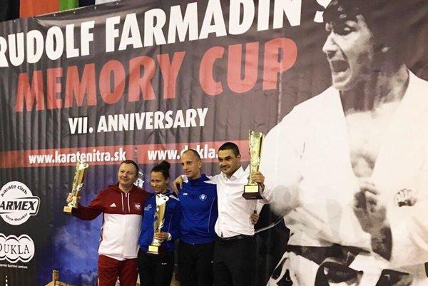 Karatisti Farmexu skončili tretí v súťaži družstiev. Na snímke celkom vpravo tréner Klaudio Farmadin.