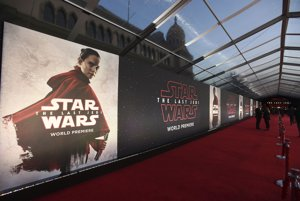 Červený koberec pri vstupe do kinosály.