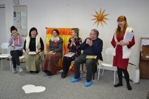 Čítanie deťom na ZUŠ. Annamária Bajcurová (zľava), Eva Jacevičová, Soňa Pariláková, Jana Veľasová, Milan Zelinka a Marica Harčariková.