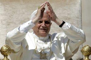 Pápež zdraví veriacich na generálnej audiencii 27. apríla 2005 na Námestí Sv. Petra vo Vatikáne. Benedikt XVI. viedol prvú generálnu audienciu svojho pontifikátu, v ktorej sa zaviazal pracovať pre pokoj a mier. FOTO - TASR/AP