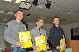Trojica najlepších mužov. Vstrede víťaz Tibor Sahajda, vľavo Sikorai, vpravo Mockovčiak.