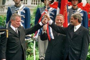 Predseda NR SR Jozef Migaš, prezident Rudolf Schuster a premiér Mikuláš Dzurinda s tromi prútmi zviazanými trikolórou pred SND v Bratislave počas oficiálneho programu inaugurácie