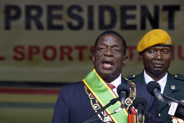 Zimbabwiansky prezident Emmerson Mnangagwa (vľavo).