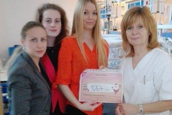 Zľava Anna Kúbeková, Martina Psotová, Zuzana Gajdošová a Alena Ďurišová, ktorá prebrala šek za Neonatologické oddelenie.