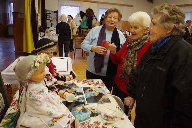 Autorke výstavy veľmi pomohla aj Anna Pastorková (v strede).