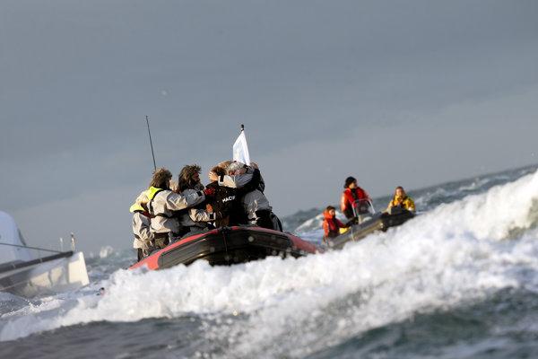 Francúz prekonal rekord v rýchlosti plavby okolo sveta, pokoril krajana