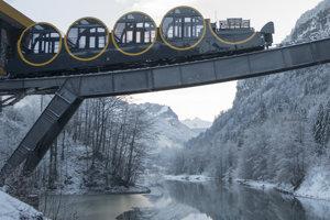 Lanovka Stoos spája dedinu Stoos vo výške 1300 metrov nad morom s mestom Schwyz.