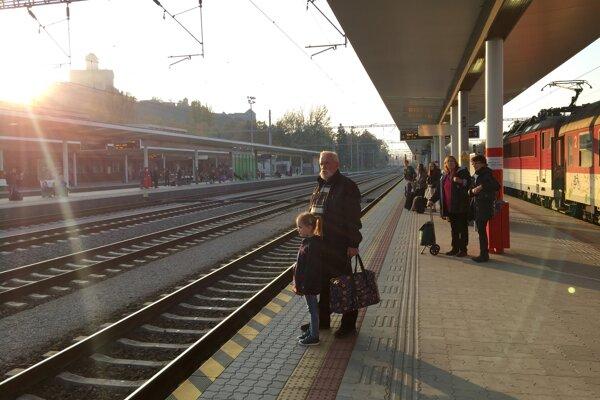 Na vlak do Prahy si ľudia v Trenčíne ešte počkajú.