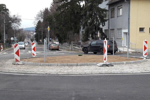 Kruhová križovatka pri mestskom úrade je iba druhou takouto v Zlatých Moravciach.