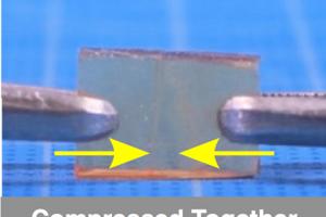 Na opravu stačí kusy polyméru pritlačiť k sebe a mierne zahriať.