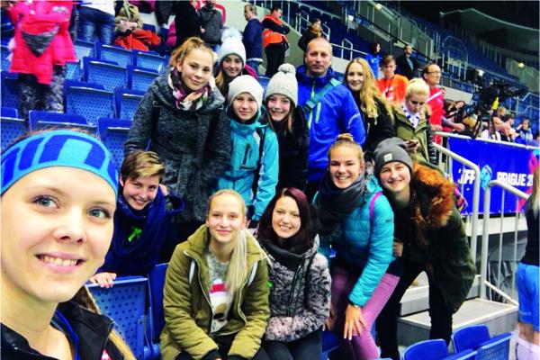 Moniku Pintérovú (celkom vľavo) prišli na majstrovstvá sveta do Bratislavy povzbudiť aj jej bývalé spolužiačky, kamarátky asamozrejme aj jej prvý tréner Pavol Sáraz.