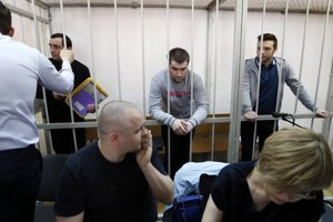 Alexander Margolin (vľavo) spolu sďalšími odsúdenými účastníkmi protestov Alexejom Gaškarovom aIľjom Glušinom.