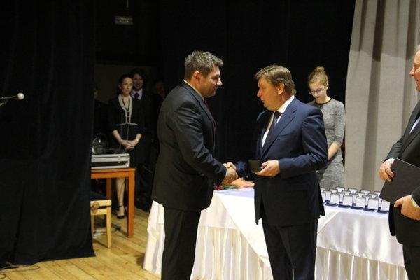 Riaditeľ Kolesár. Pred poldruha rokom si od bývalého župana Zdenka Trebuľu prevzal plaketu predsedu KSK pri príležitosti Dňa učiteľov.
