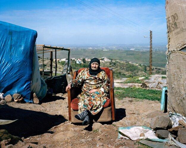 Z kopca sleduje bombardovanie svojej vlasti.