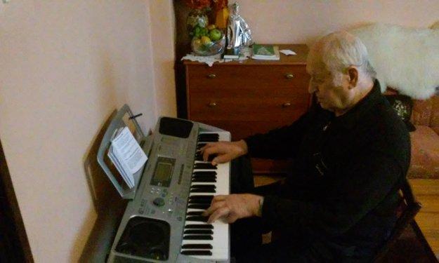 Začínal s klavírom, organ prišiel až postupne.