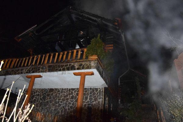 Požiar v Myslave. Horieť začal stromček, zhorel celým dom.