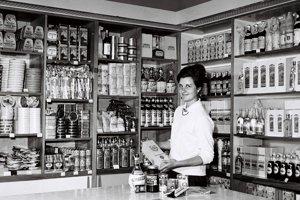 Oddelenie potravín v predajni Tuzex v Banskej Bystrici v roku 1964.
