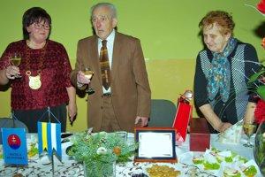Jubilant Ján Padúch s manželkou (vpravo) a valčianskou starostkou (vľavo).