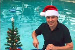 """Dodo Kuriľák. Bývalý markizák sa túto nemastnú-neslanú zimu rozhodol vymeniť za exotiku. Rodák z Košíc odcestoval za oceán a Vianoce strávil na Floride. """"Vianoce v teple, šalát a ryba v bazéne. Oblátka musí byť,"""" skonštatoval."""