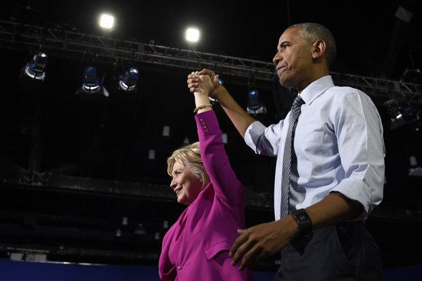 Barack Obama  (vpravo) a Hillary Clintonová.