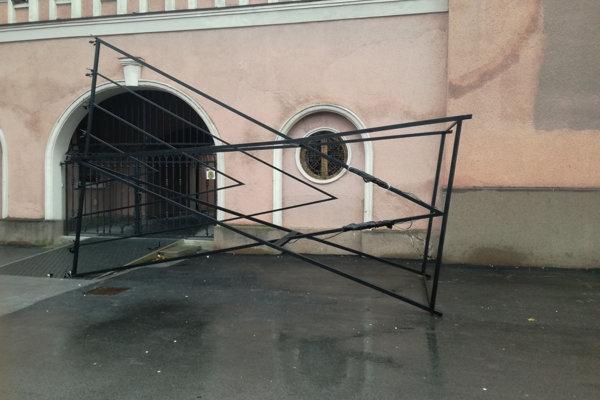 Pred židovskou synagógou niekto prevrátil a poškodil šesťmetrový kovový chanukový svietnik.