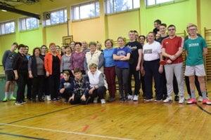 Spoločné foto účastníkov Vianočného turnaja v stolnom tenise.