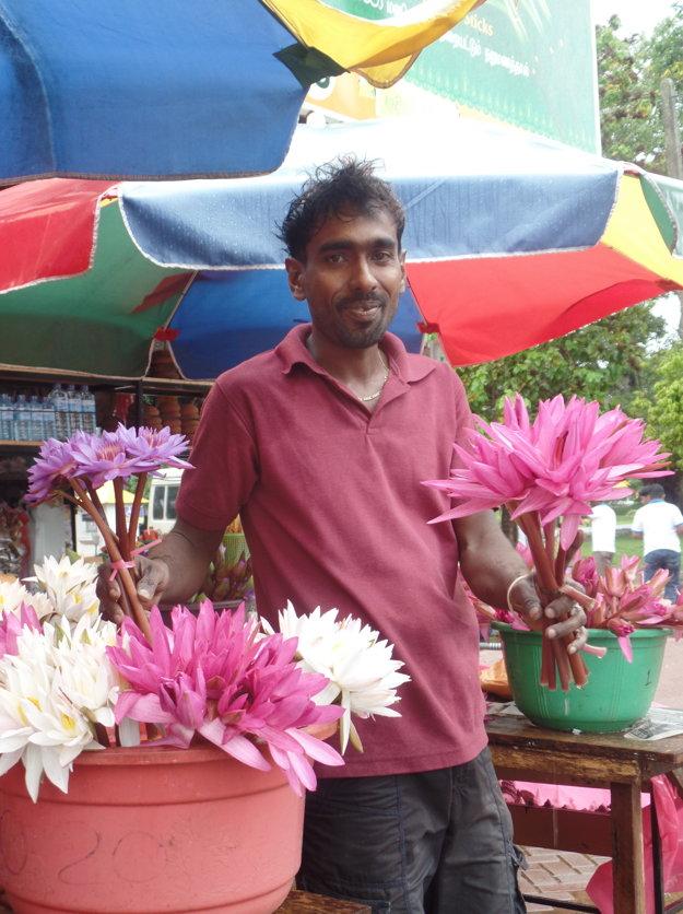 Lotosové kvety sa do chrámov prinášajú ako obeta.