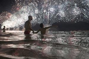 Ohňostroj nad plážou Copacabana v Riu.