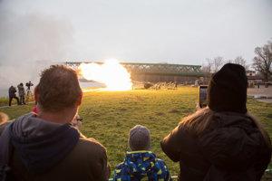 Diváci sledujú slávnostné vypálenie 20 novoročných delostreleckých sálv pri príležitosti 25. výročia vzniku Slovenskej republiky.