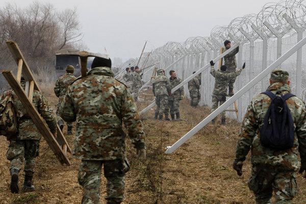 Macedónska armáda stavajúca zábrany na hraniciach s Gréckom.
