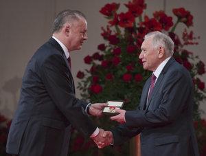 Fyzik Pavel Povinec si preberá štátne vyznamenanie Pribinov kríž I. triedy.