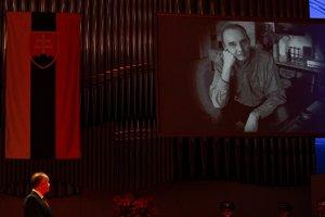 Hudobný skladateľ Ilja Zeljenka na fotografii premietanej na plátno, ktorému prezident SR udelil štátne vyznamenanie Rad Ľudovíta Štúra I. triedy