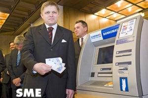 73328c82f Premiér Robert Fico pózuje s eurovými bankovkami po prechode na novú menu.  SME 25 ROKOV