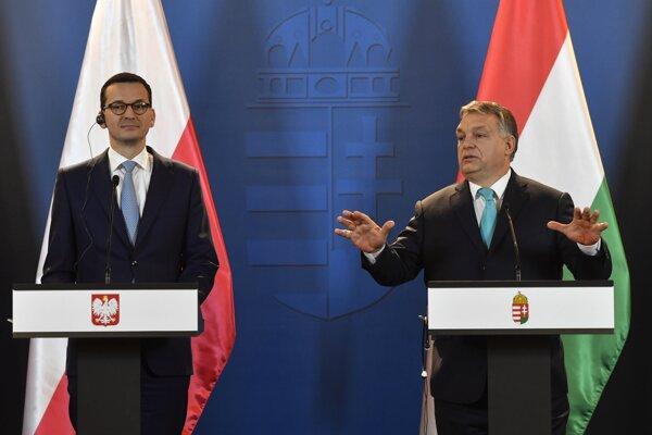 Nový poľský premiér Mateusz Morawiecki (vľavo) na tlačovke s maďarským premiérom Viktorom Orbánom.
