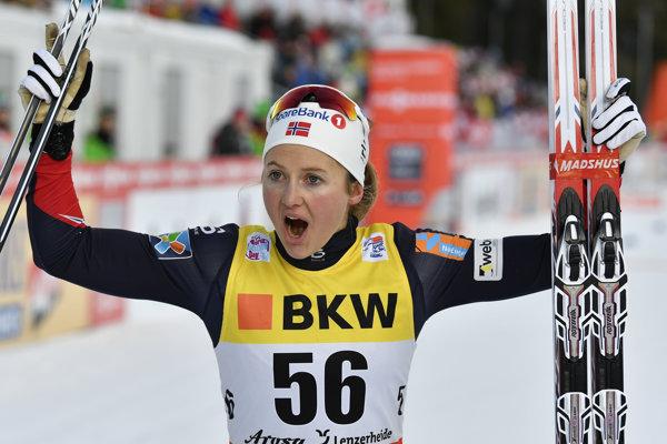 Nórska bežkyňa na lyžiach Ingvild Flugstad Östbergová zvíťazila v pretekoch žien s hromadným štartom na 10 km voľne v Oberstdorfe.