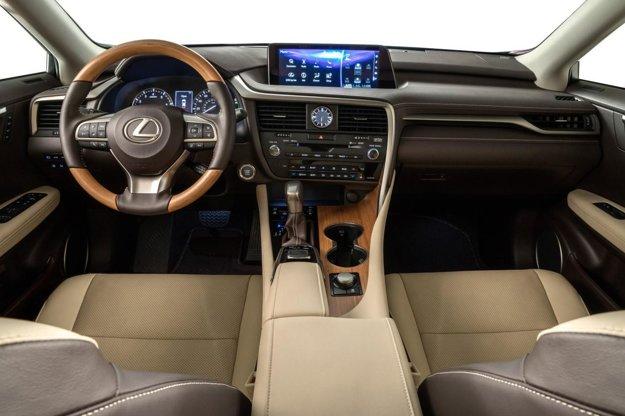 Kokpit vyžaruje luxus a eleganciu. Do Európy sa bude sedemmiestny Lexus dovážať vo verzii 450h s hybridným hnacím systémom, tvoreným 3,5-litrovým benzínovým šesťvalcom a dvomi elektromotormi.