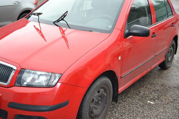 Auto pána Lukáša. Prišlo o puklice a potrebuje nové stierače. Tie staré - poškodené sú už nepoužiteľné.