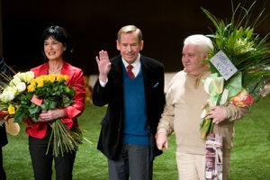 Počas kľanačky po skončení premiéry inscenácie Odchádzanie v SND, ktorej autorom je Václav Havel.