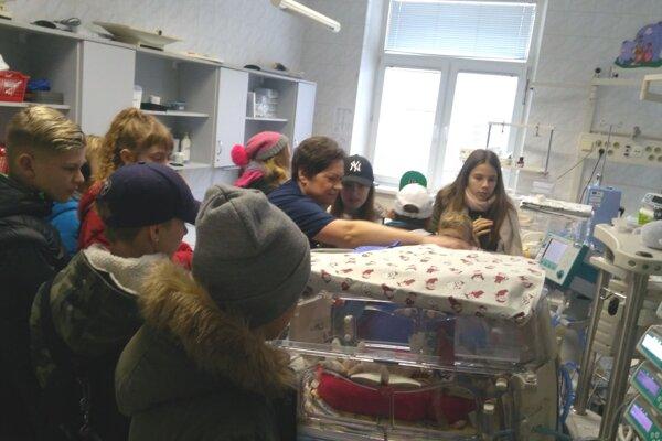 Siedmaci odovzdali dar novorodencom.