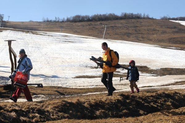Lyžiarske svahy v Kavečanoch pri Košiciach so zvyškami snehu.