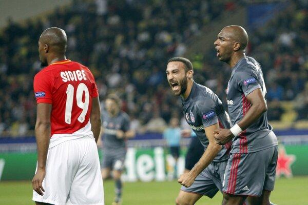 Cenk Tosun (druhý sprava) sa teší zo svojho gólu v drese Besiktasu Istanbul.