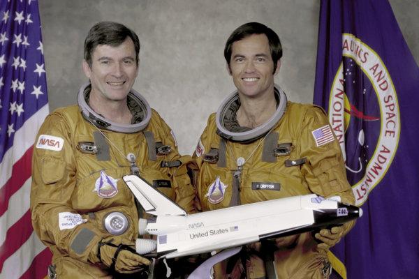 John Young (vľavo).