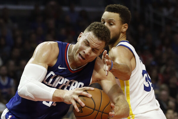 Stephen Curry (vpravo) z Golden State bojuje o loptu s Blakeom Griffinom z LA Clippers.