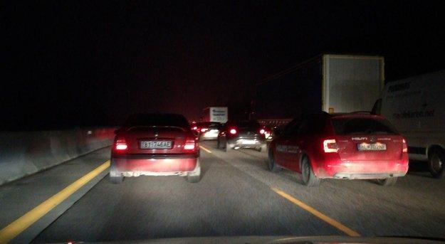 Autá na diaľnici D1 stoja v kolóne od skorého rána.
